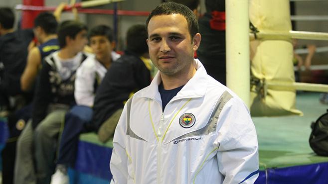 Gazi Üniversitesi BE.S.Y.O. öğretmenlik bölümü mezunu olan Yalçınkaya'nın aynı zamanda Türkiye Boks Federasyonu ve AIBA'dan (uluslararası) antrenörlük belgesi de bulunuyor.